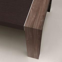 """Détail du pied """"Pont"""" en finition Noyer Canaletto, sur plateau en finition Eucalyptus"""
