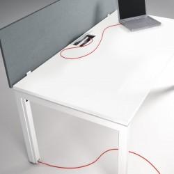 Passage de câble discrètement dissimulé dans le piétement du bureau So Worky