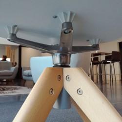 Détail du pied 4 branches en bois, et de la rotule du fauteuil