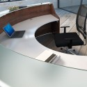 Banque d'accueil So Omny, structure en finition Noyer et plateau en finition blanche