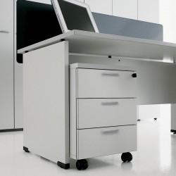Détail du bureau So Modular, avec caisson sur roulettes et panneau frontal (en option)